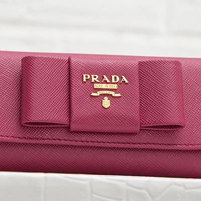 プラダ サフィアーノ リボンつきキーケース ロングタイプ イビスコピンク スナップボタン ロゴ