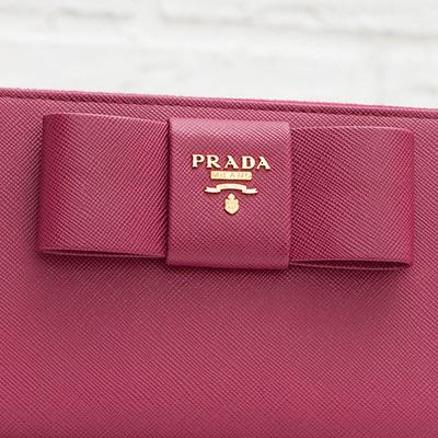 プラダ サフィアーノ リボンつき ラウンドジップ長財布 ファスナー イビスコピンク ロゴ