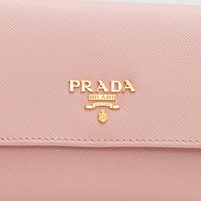 プラダ サフィアーノ 二つ折り財布 ペールピンク コンパクト 便利 ロゴ