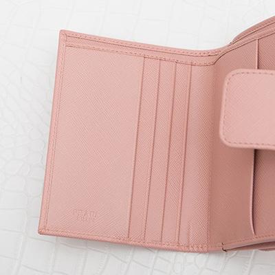 プラダ サフィアーノ 二つ折り財布 ペールピンク コンパクト 便利 カード入れ