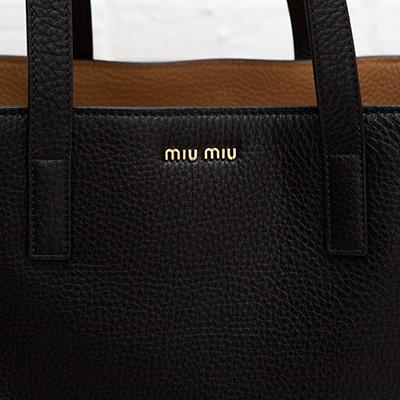 ミュウミュウ レザートートバッグ ハンドバッグ シンプル ブラック 黒 ヴィテッロ・ダイノ カーフレザー A4サイズ 肩掛けOK ロゴ