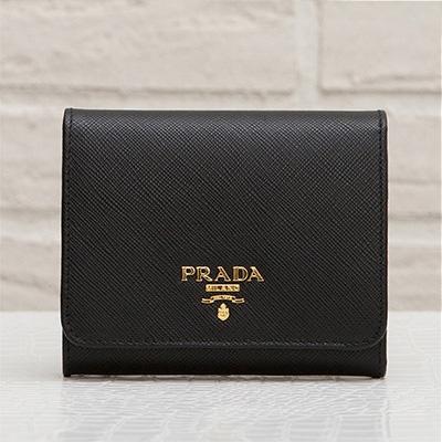 プラダ サフィアーノ 三つ折り財布 ブラック 黒 折りたたみ コンパクト カード入れ 収納が充実 シンプル 上品 エレガント