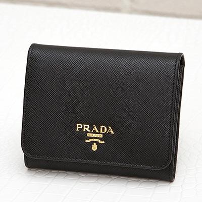 プラダ サフィアーノ 三つ折り財布 ブラック 黒 折りたたみ コンパクト カード入れ 収納が充実 シンプル 上品 エレガント 使いやすい
