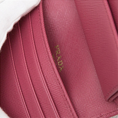 プラダ サフィアーノ 折りたたみ 三つ折り財布 コンパクト ピンク 小さめ ロゴ 箔押し ポケット
