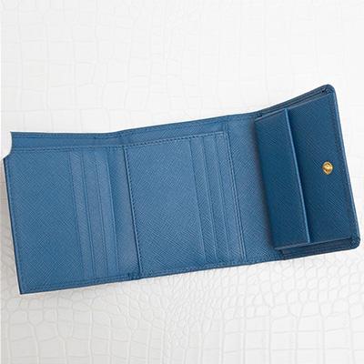 プラダ サフィアーノ 三つ折り財布 コバルトブルー 青色 折りたたみ コンパクト カード入れ 収納が充実 シンプル 上品 エレガント 使いやすい