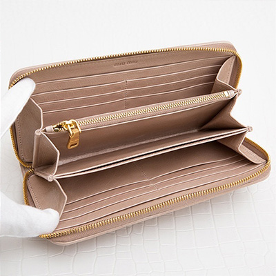 ミュウミュウ マトラッセ ラウンドファスナー長財布 ジッパー マテラッセ ピンクベージュ 可愛い 上品 エレガント たくさん入る カード 携帯 ポケット 収納が充実 使いやすい