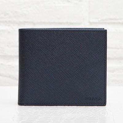 プラダ サフィアーノ メンズ 二つ折り財布 刻印ロゴ シンプル おしゃれ 上品 定番 男性用 折りたたみ ネイビーブルー 紺色