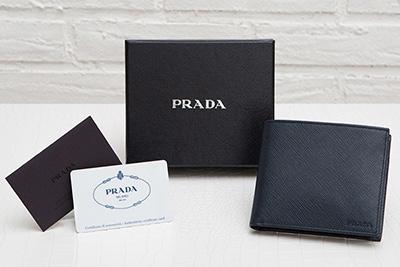 プラダ サフィアーノ メンズ 二つ折り財布 刻印ロゴ シンプル おしゃれ 上品 定番 男性用 折りたたみ ネイビーブルー 紺色 箱