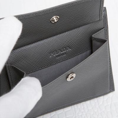 プラダ サフィアーノ メンズ 二つ折り財布 刻印ロゴ シンプル おしゃれ 上品 定番 男性用 折りたたみ グレー 小銭入れ