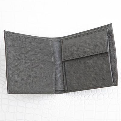 プラダ サフィアーノ メンズ 二つ折り財布 刻印ロゴ シンプル おしゃれ 上品 定番 男性用 折りたたみ グレー 小銭入れ カード入れ