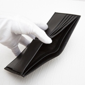 プラダ サフィアーノ メンズ 二つ折り財布 刻印ロゴ シンプル おしゃれ 上品 定番 男性用 折りたたみ ブラック 黒 お札入れ