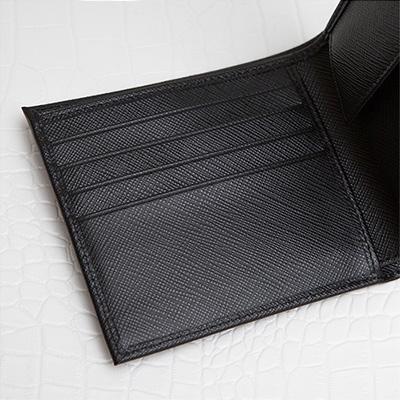 プラダ サフィアーノ メンズ 二つ折り財布 刻印ロゴ シンプル おしゃれ 上品 定番 男性用 折りたたみ ブラック 黒 カード入れ