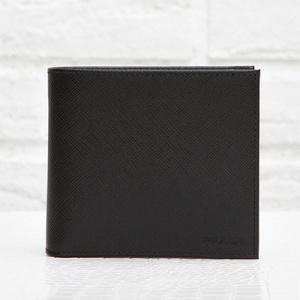 プラダ サフィアーノ メンズ 二つ折り財布 刻印ロゴ シンプル おしゃれ 上品 定番 男性用 折りたたみ ブラック 黒