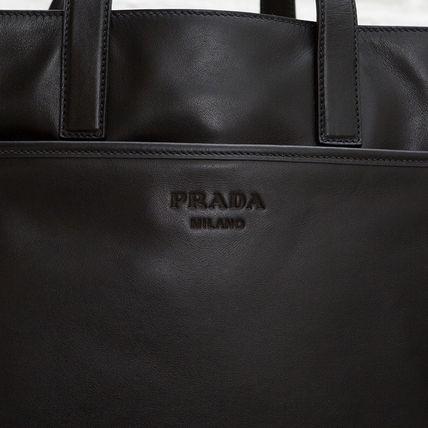 プラダ メンズ レザートートバッグ ブラック 黒 通勤通学 スーツスタイル カジュアル オン・オフ ソフトカーフレザー ジッパーポケット 肩掛けできる 2WAY ショルダーストラップつき 高級感 シンプル 格好良い 男性用 ロゴ 刻印