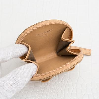 フェラガモ ヴァラシリーズ リボンつきコインケース キャメル系 ブラウン ベージュ アラウンドファスナー ジップ開閉 大人可愛い